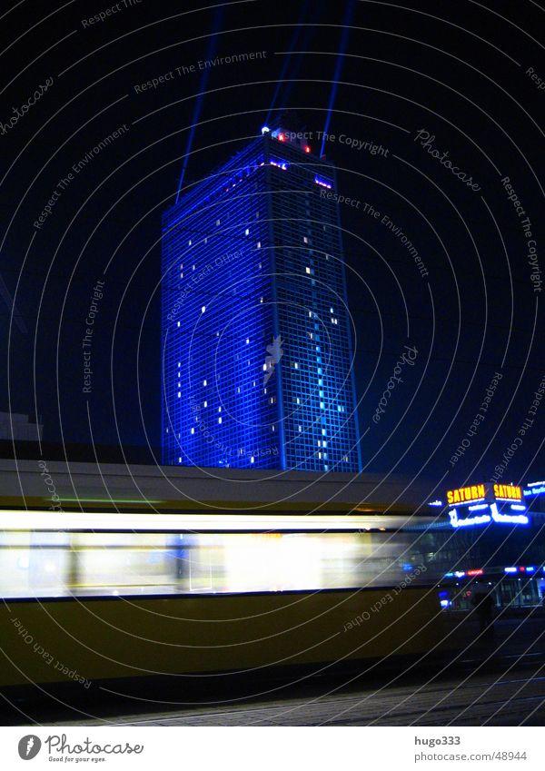 Achtung, eine Bahn! 2 blau dunkel Berlin Fenster Bewegung Verkehr Geschwindigkeit fahren Nachthimmel Werbung Gleise Rolle Straßenbahn Kunde Illumination