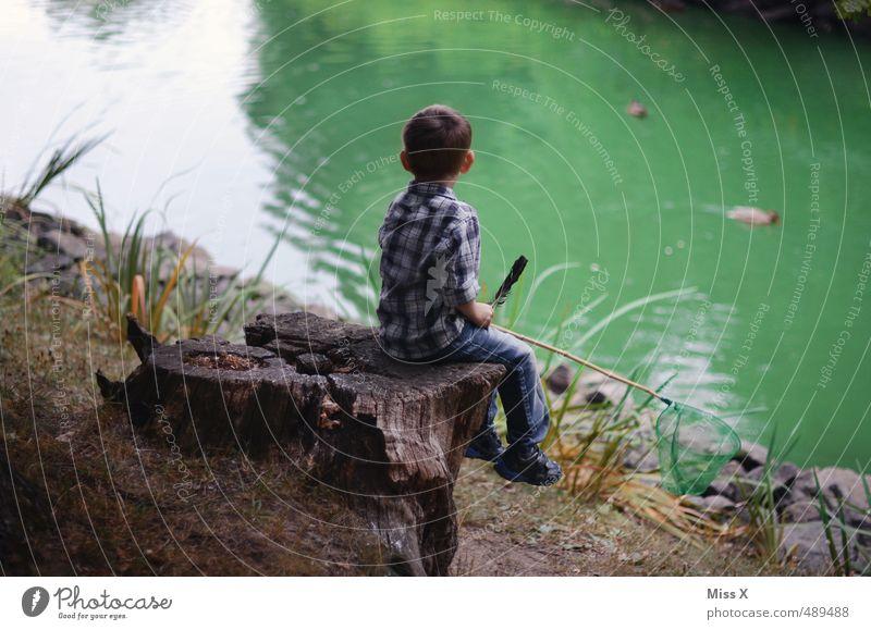 Fischen Freizeit & Hobby Spielen Kinderspiel Ausflug Abenteuer Mensch maskulin Junge 1 3-8 Jahre Kindheit Natur Küste Seeufer Teich sitzen warten Gefühle