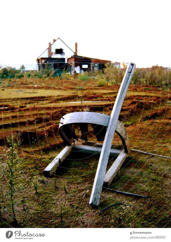 Finale hocken brechen gebrochen kaputt Haus Demontage Baustelle Zerreißen Schrott dreckig grau braun grün Skulptur Stuhl sitzen knicken bauen Landschaft