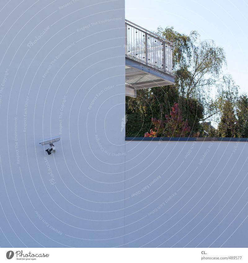nur zur sicherheit Stadt Baum Haus Wand Mauer Architektur Garten Angst Fassade Häusliches Leben Ordnung modern beobachten Sicherheit Zukunftsangst Balkon