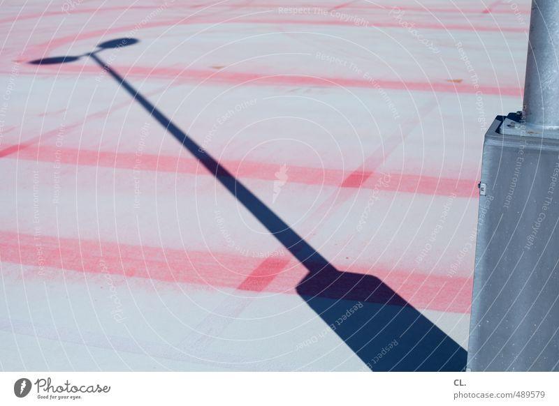 \ Stadt Menschenleer Platz Parkhaus Architektur grau rot ästhetisch Laternenpfahl Straßenbeleuchtung Parkplatz Parkplatzbeleuchtung Linie Schattenspiel
