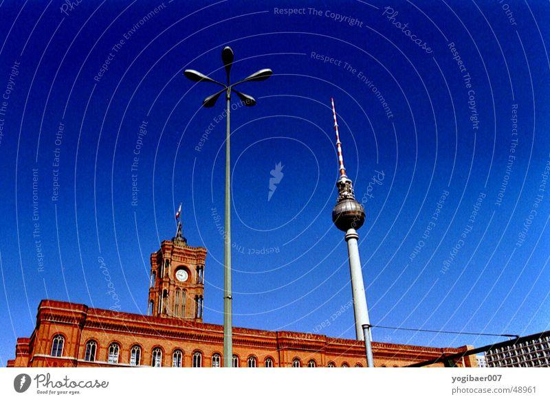 RotesRathaus rot Fernsehen Laterne Berliner Fernsehturm Himmel blau alex Turm Architektur