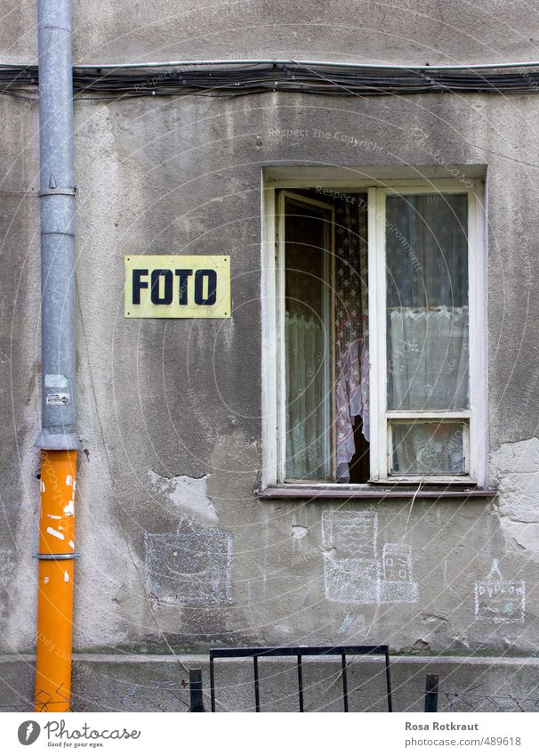 Ein Foto ist ein Foto. alt Haus gelb Fenster Graffiti Wand Mauer grau Linie orange dreckig Schilder & Markierungen Fröhlichkeit Beton ästhetisch Neugier