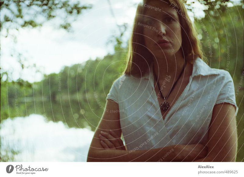 Argument Ausflug Abenteuer Junge Frau Jugendliche Kopf 18-30 Jahre Erwachsene Schönes Wetter Baum Wald See Kleid brünett langhaarig beobachten Kommunizieren