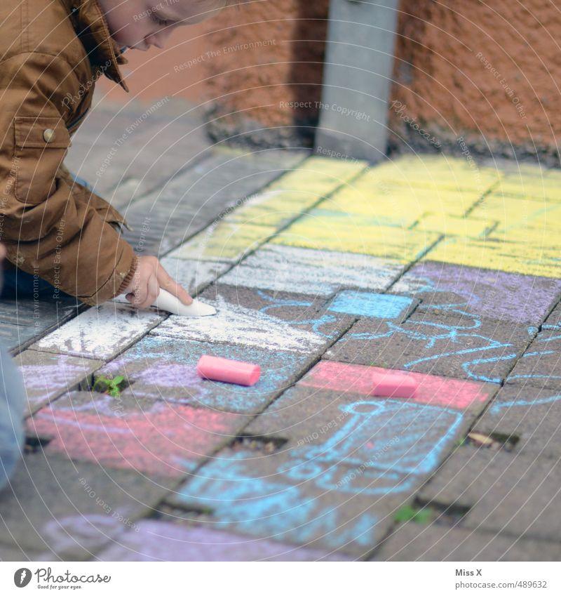 Malen Freizeit & Hobby Spielen Mensch Kind 1 3-8 Jahre Kindheit Wege & Pfade zeichnen sitzen dreckig mehrfarbig Freude Farbe Konzentration Kreide Straßenmaler