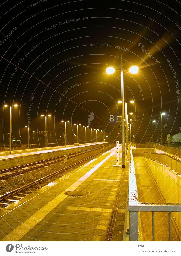 Warm-Kalter Bahnsteig kalt Physik Licht gelb Nacht Straßenbeleuchtung CeBIT Hannover Gleise ruhig Wärme warten