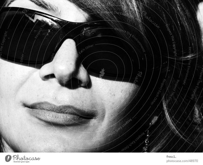 die schöne Frau Sitil mit Brille elegant Stil Gesicht Sommer Sonne feminin Erwachsene Mund Lippen Sonnenbrille lachen selbstbewußt Grauwert attraktiv