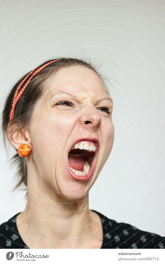 Wütend. Mensch Frau rot schwarz Gesicht Erwachsene Auge Gefühle feminin blond wild Mund verrückt Nase Wut gruselig