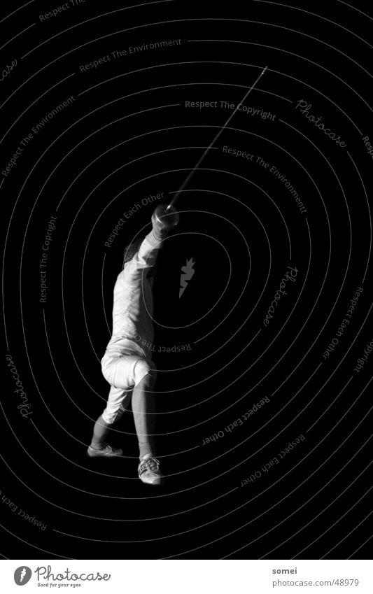 Ausfall 1 Fechten dunkel Licht Kampfsport Kämpfer Schutzbekleidung Waffe Schwert Degen Sportveranstaltung Schwarzweißfoto Kontrast Sportler Körperhaltung