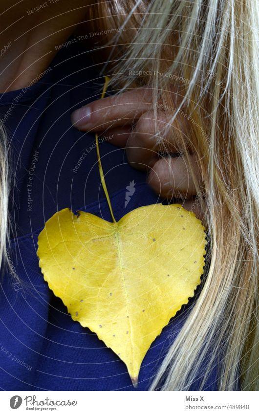 Herz aufs Herz Mensch feminin Frau Erwachsene Haare & Frisuren 1 Herbst Blatt blond gelb Gefühle Stimmung Liebe Verliebtheit Treue Romantik herzförmig
