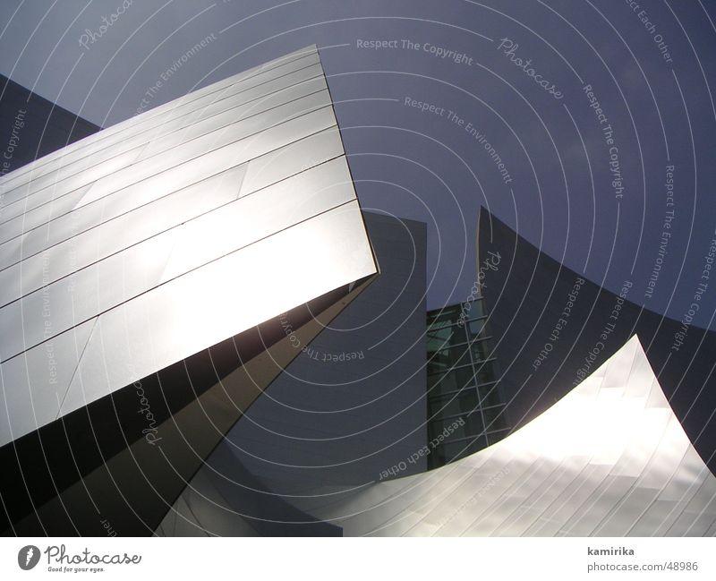 gehrysconcerthall_01 glänzend abstrakt skulptural Vorhang Walt Disney Los Angeles Spiegel silber Lichterscheinung Sonne Spitze Gehry Bauten blau Himmel