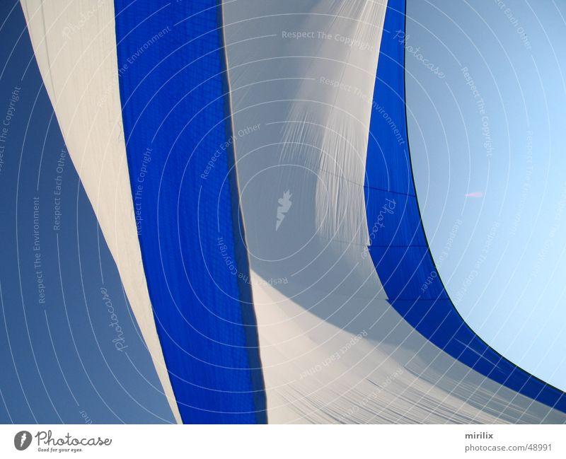 Spinnaker im Wind Himmel weiß Meer blau Schönes Wetter Segel Tuch