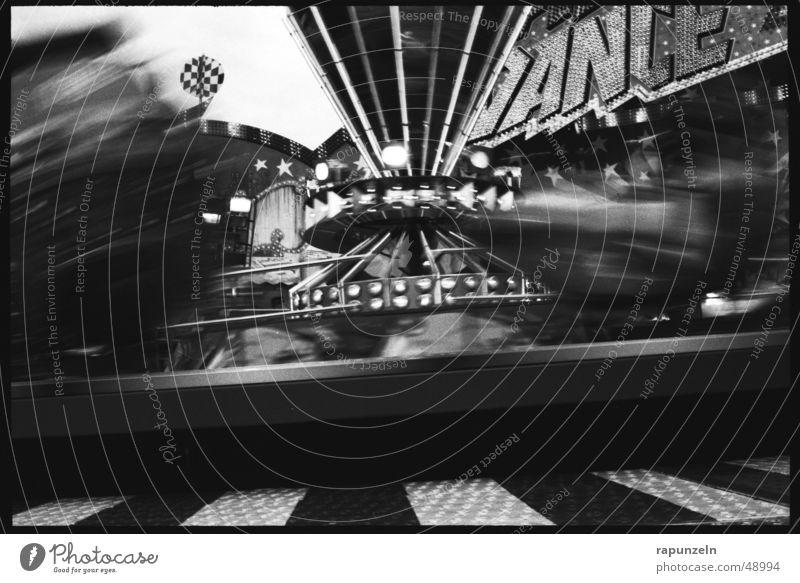 mixer maximus Jahrmarkt Attraktion Karussell Achterbahn Langzeitbelichtung Drehung Geschwindigkeit Gottesdienst long exposure Schwarzweißfoto