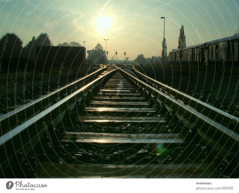 railway to sun Gleise Licht Richtung Eisenbahn Bahnhof Sonne Morgen
