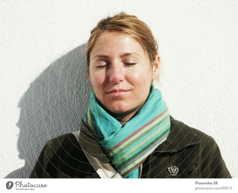 Weisse Wand in Andalusien weiß Putz blond rothaarig Schal Jacke Herbst türkis Streifen geschlossen Sonnenbad ruhig Erholung Anstecknadel army Schatten white