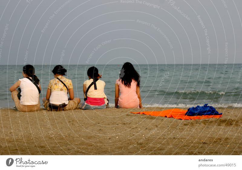 Die Vier am Meer Frau Wasser Mädchen Himmel Strand Ferien & Urlaub & Reisen ruhig Paar Denken Sand Rücken Horizont Romantik 4 Sehnsucht