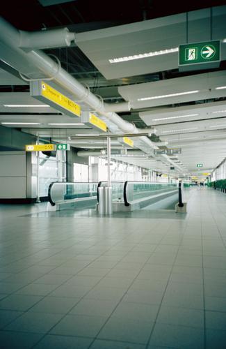 schiphol airport amsterdam Schiphol Flughafen Niederlande Laufband Gebäude leer Einsamkeit Flugzeug Abdeckung Schilder & Markierungen empty alone lonesome