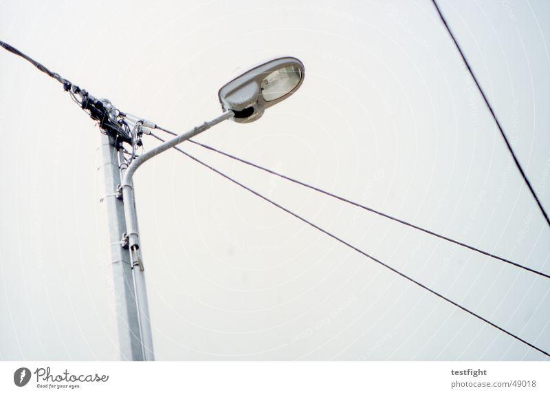 verkabelt Himmel Wolken Lampe Beleuchtung Kabel Laterne Straßenbeleuchtung schlechtes Wetter Außenbeleuchtung