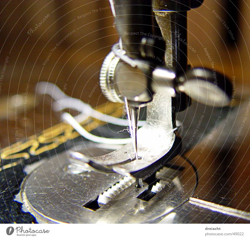 Naehmaschine#1 Nähmaschine Maschine alt Nähen Handwerk Detailaufnahme Nadel Nähgarn Handarbeit