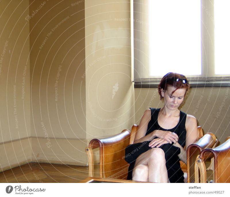 britta wartet Frau Wand Fenster Wärme warten Haut Zeit Uhr Physik Sonnenbrille Sessel rothaarig Termin & Datum Sommerkleid