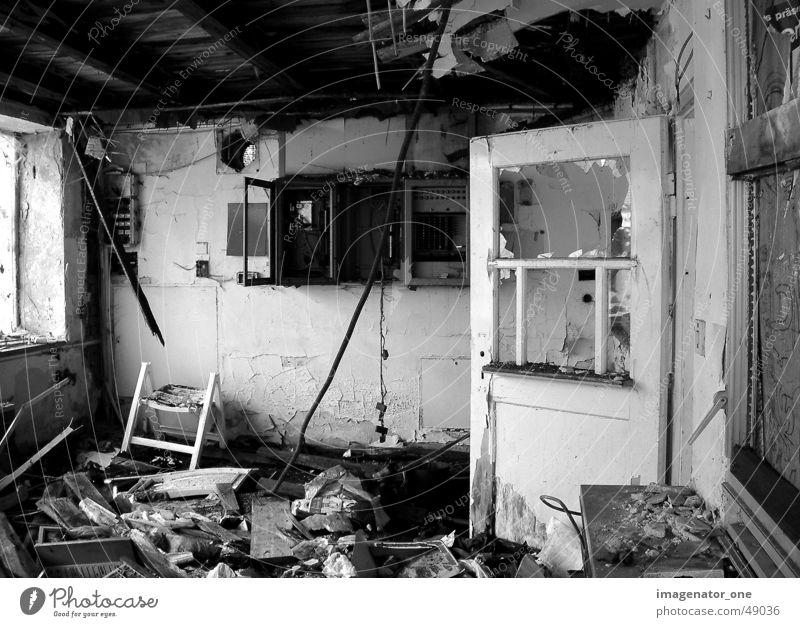 0009 alt Einsamkeit Wohnung Tür kaputt