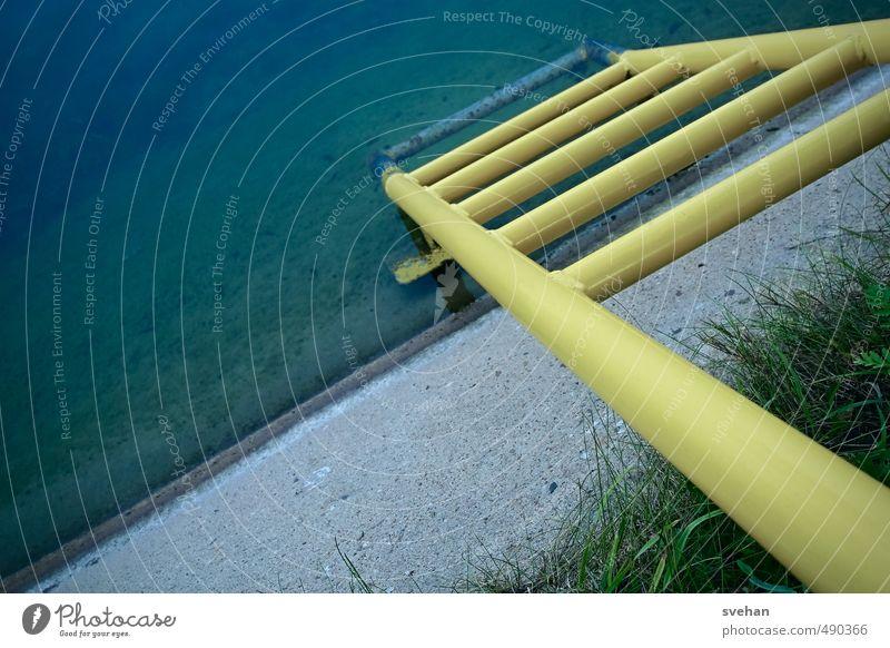 In die Tiefe blau grün Wasser gelb grau Metall Hafen diagonal Leiter abwärts Meerestiefe Kanal Leitersprosse Betonmauer Uferbefestigung