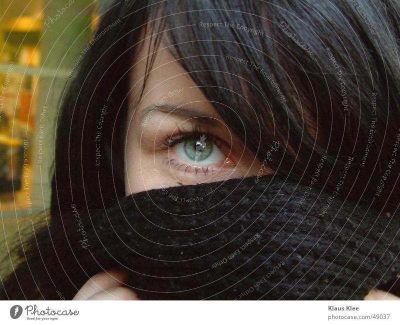 Kiako Fenster gelb feminin Augenbraue Frau stark schön schwarzhaarig Schüchternheit direkt einprägsam Porträt Außenaufnahme Abenddämmerung saskia kialo schahl
