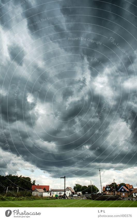 ein Sturm sammelt Kräfte über einen Fischerdorf Himmel blau Wolken Haus dunkel grau Luft Kraft Wind wild warten Urelemente stark Dorf
