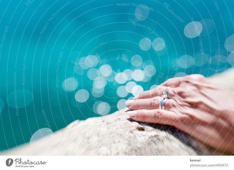 Mauer | Halt suchen feminin Senior Leben Hand Finger Fingernagel 60 und älter Wasser Sommer Schönes Wetter Wärme Meer Wand Accessoire Ring frisch heiß hell rund