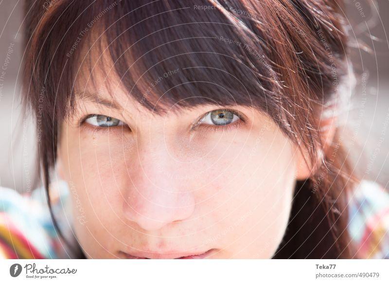 Besser genau hinsehen Mensch feminin Junge Frau Jugendliche 1 18-30 Jahre Erwachsene Abenteuer Gefühle geheimnisvoll Zukunft Gedeckte Farben Nahaufnahme
