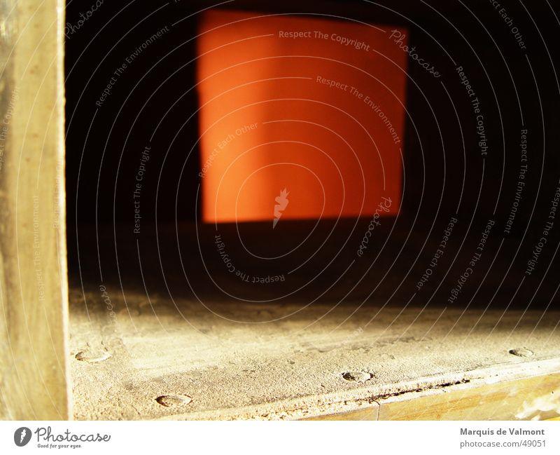 Einblick rot Licht Rechteck Quadrat Eisen Blech Gußeisen Rost dunkel Schacht Öffnung Staub Rust Industriefotografie Schatten Rahmen Kasten Holzleiste schauben