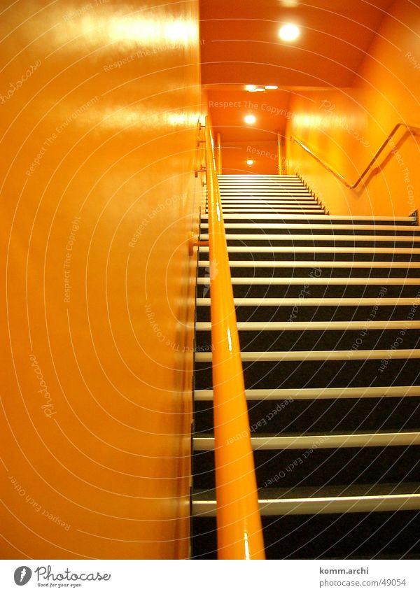 Treppenhaus Licht Stadion orange Stimmung Gang