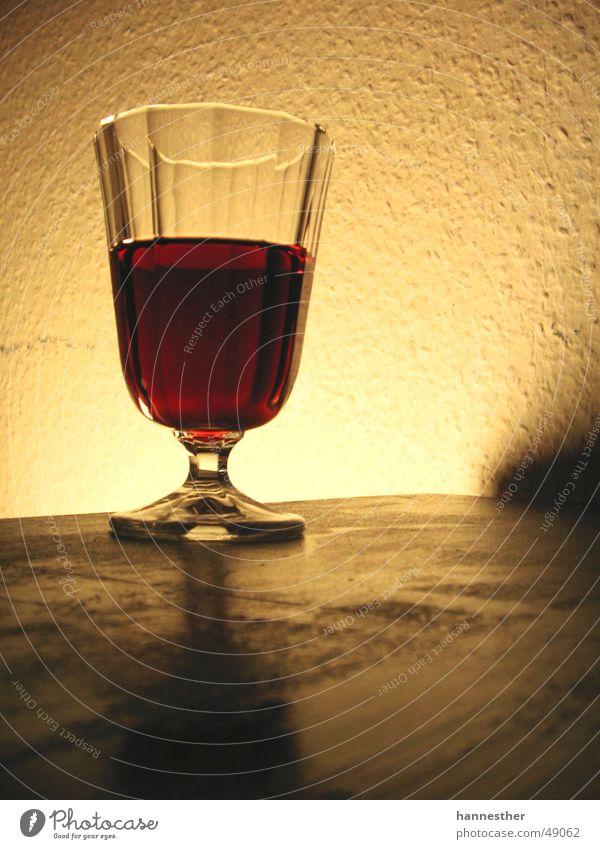glaswein-weinglas Rotwein lecker Wand Tisch Licht dunkel gelb rot Glas betrinken tischkante Wein Tischplatte