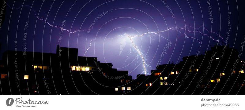 der Einschlag blau Haus Fenster Wetter Hochhaus Elektrizität violett Gewitter Riss Nähgarn Block Plattenbau Donnern fatal Wohnhochhaus