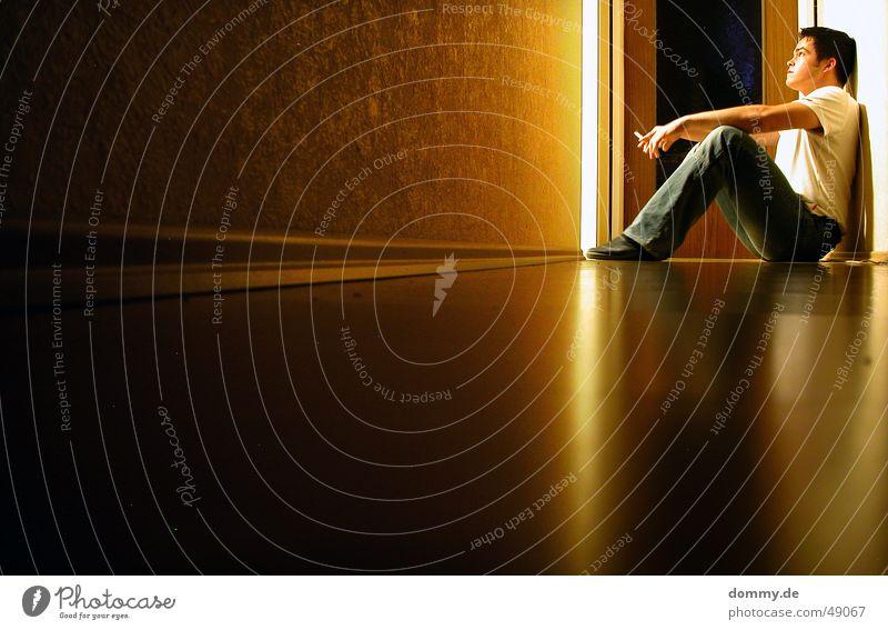 nächtliche impressionen Mann Lampe Erholung Traurigkeit Denken Raum Tür sitzen Trauer Bad T-Shirt Bodenbelag Hose Zigarette Flur Parkett