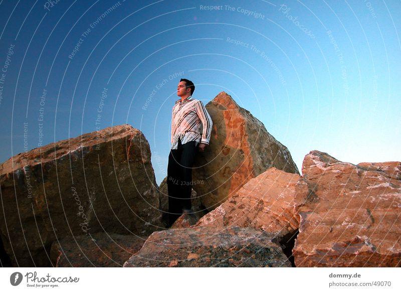 hinter dem horizont geht es weiter ... Himmel Mann blau Sonne Sommer Ferne Auge Haare & Frisuren Stein Mund Horizont Nase Felsen Hose Hemd anlehnen