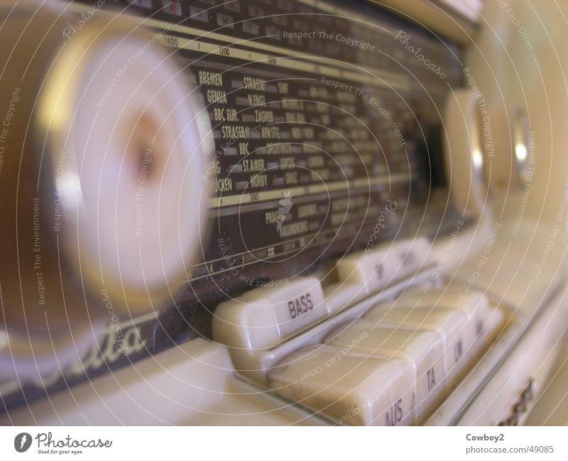 drehen, drehen, immer weiter drehen berühren historisch Radiogerät drehen Anpassung Frequenz