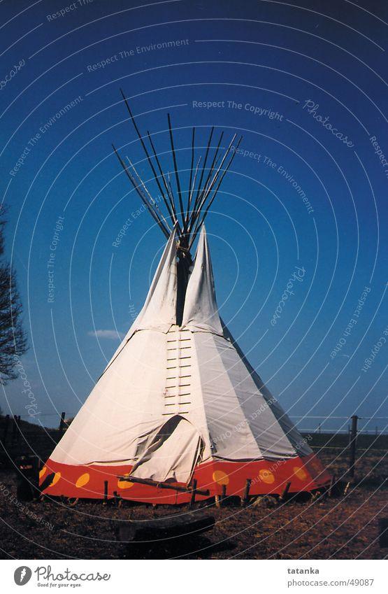 Tipi Natur Himmel blau Ferne Indianer Häusliches Leben Zelt Spitzzelt Nomadenzelt