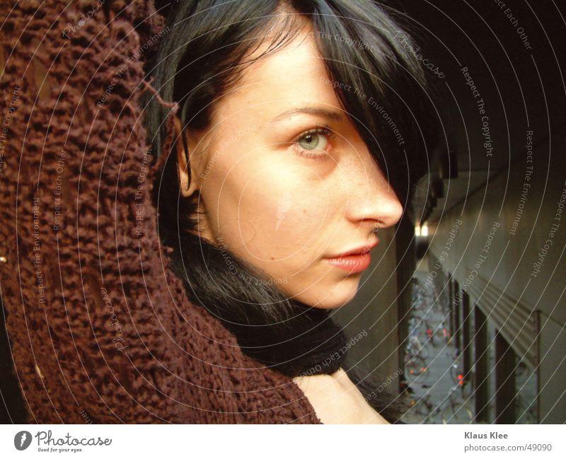 kiako Frau Tunnel Licht braun schön grün schwarz Erwartung bewegungslos Porträt Außenaufnahme Abenddämmerung saskia hüpsch Punkt hemt Arme Gesicht Auge
