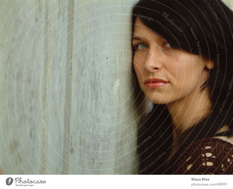 Saskia Frau grün schwarz Wand Beton hart Erwartung eng Außenaufnahme Abenddämmerung saskia hüpsch Gesicht Auge blau Haare & Frisuren massiev Freude Jugendliche