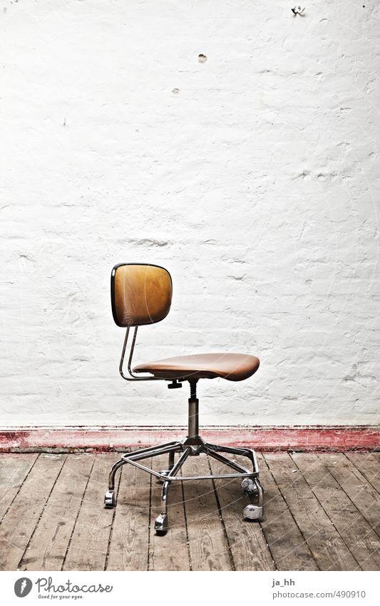 Vintage Lonesome Einsamkeit ruhig Mauer Büro Stadtleben warten retro Trauer Stuhl Umzug (Wohnungswechsel) Möbel ausdruckslos trendy altehrwürdig Renovieren Holzfußboden