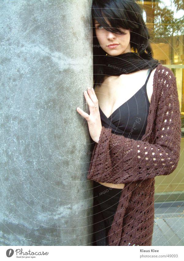 Kiako Frau schön grün blau Gesicht schwarz Auge gelb Haare & Frisuren Glas Beton Säule Abenddämmerung Granit demütig