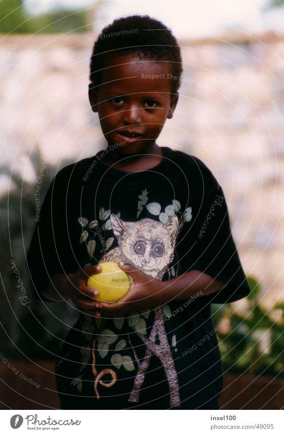 Marklin schwarz Afrikaner Kind Freundlichkeit Porträt Kindergesicht Jungengesicht Waise niedlich schön klein Ball Mensch Gesicht Blick in die Kamera