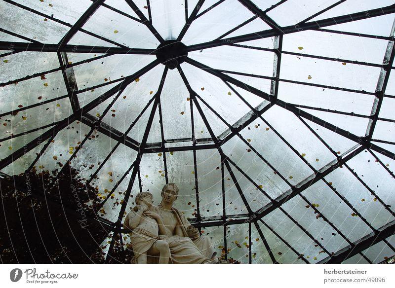 glasdach Glasdach dunkel Herbst Trauer schweigen Menschenleer Einsamkeit Isolierung (Material) Dach Himmel bedecken Stein gegen dn himmel fast gegenlichaufnahme