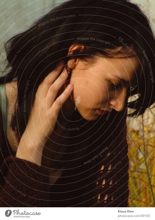 Kiako Frau Hand schön Gesicht ruhig feminin Wand Gras Traurigkeit Trauer Abenddämmerung verträumt demütig Geistesabwesend
