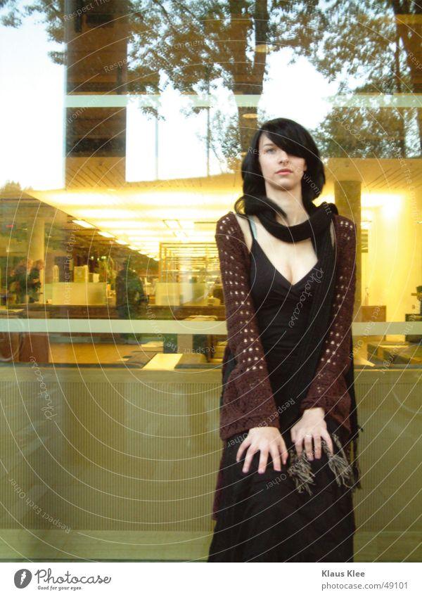 Kiako Frau schön Spiegel Licht gelb Baum Schal Hand braun Porträt Außenaufnahme Abenddämmerung schwarzhaarig Dresden saskia Glas slub