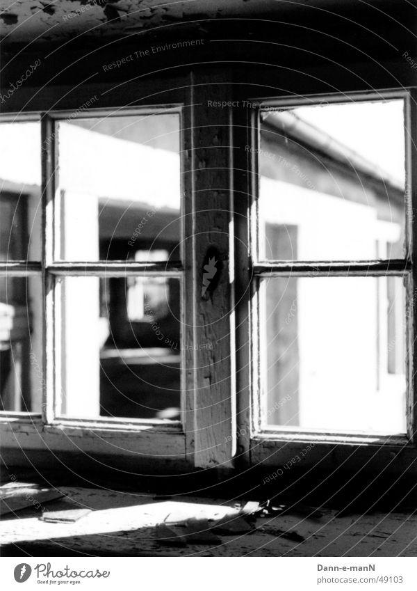 Fenster zum Hof alt weiß schwarz Einsamkeit Fenster Bauernhof verfallen
