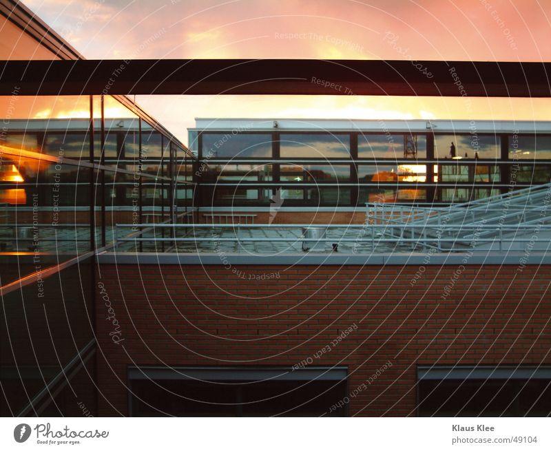 Abendstimmung schön Sonne Stein modern Dach Fensterscheibe Abenddämmerung