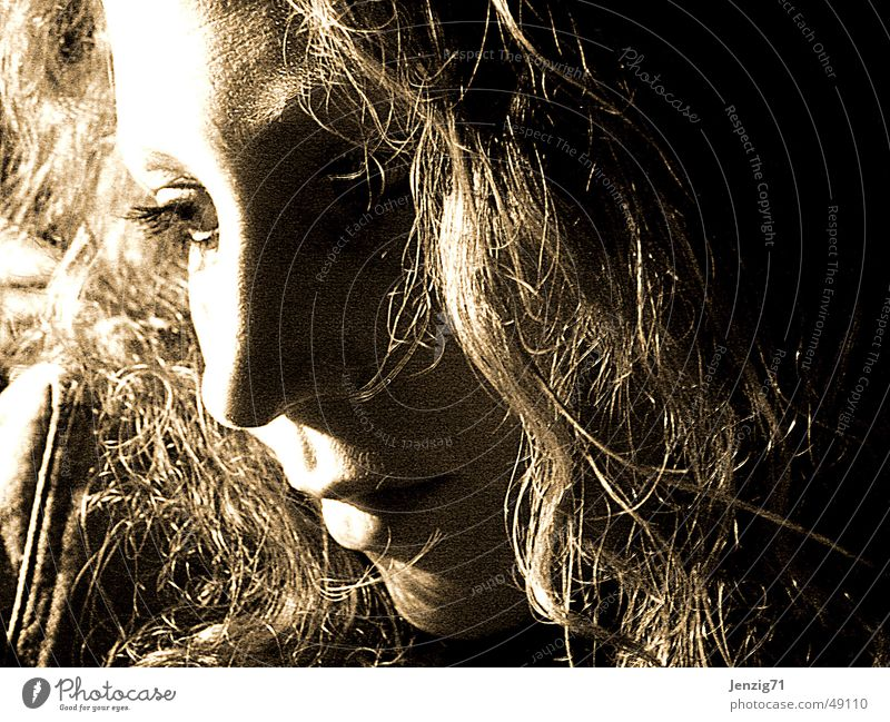 In Gedanken versunken. Frau Gesicht Haare & Frisuren Denken träumen