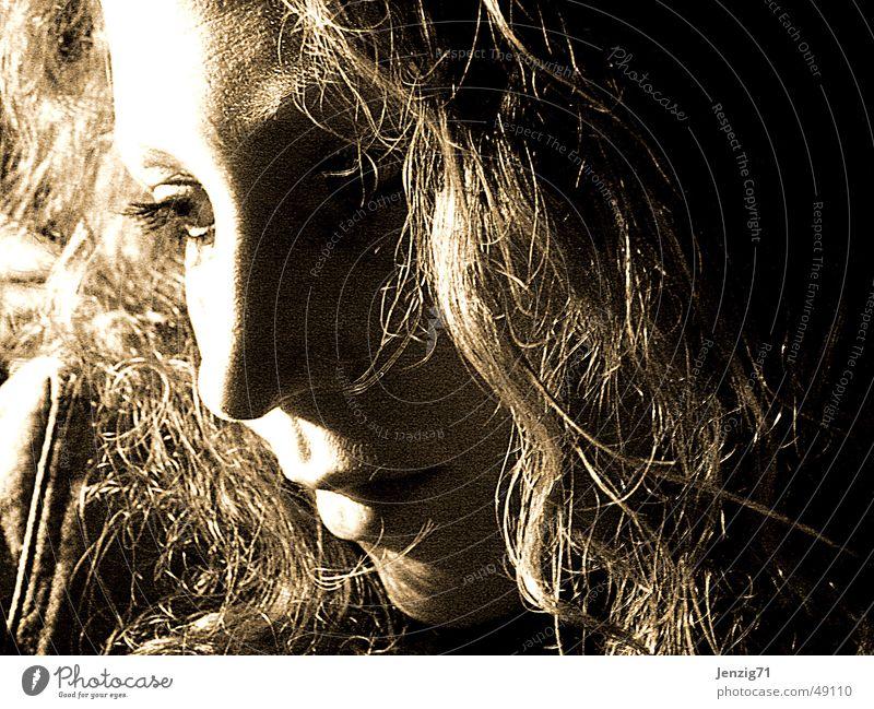 In Gedanken versunken. Frau Gesicht Haare & Frisuren Denken träumen Gedanke